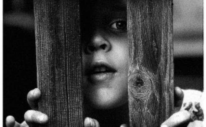 Курйозне звільнення. Прикарпатські «надзвичайники» допомогли звільнити дитину, чий палець застряг у воротах