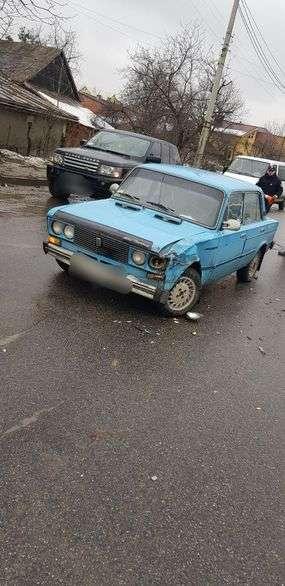 ДТП на вулиці Винниченка у Чернівцях: зіткнулися ВАЗ і Мерседес
