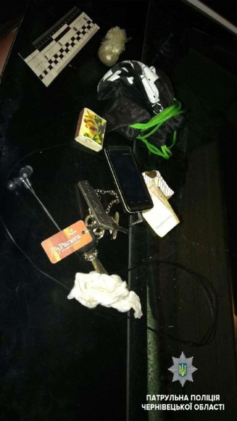 У Чернівцях патрульні знайшли у чоловіка наркотичні речовини