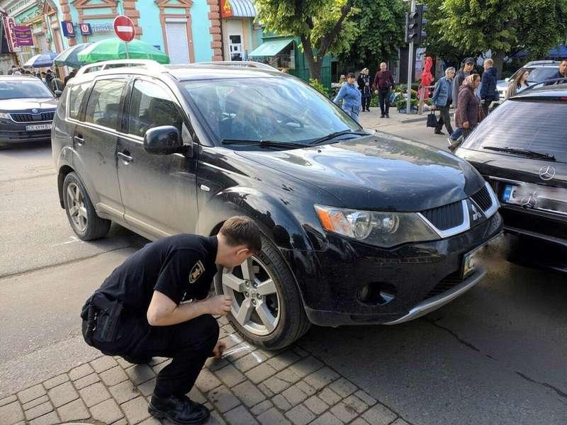 На вулиці Героїв Майдану у Чернівцях зіштовхнулися Mercedes і Mitsubishi