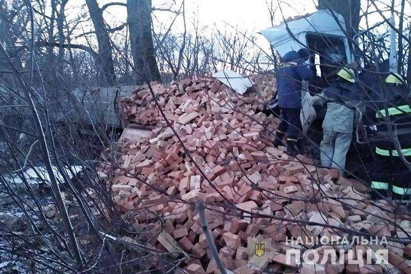 Смертельна аварія на трасі Житомир — Чернівці: вантажівка в'їхала у дерево