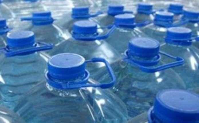Вода з пластикової пляшки небезпечніша, ніж водопровідна