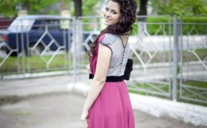Для дівчат у підготовці до випускного головне - сукня - Погляд ... b6fec694ba593