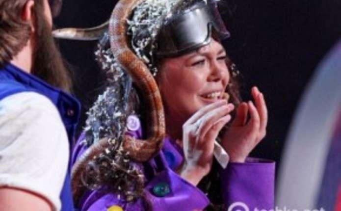 Аліна Гросу заспівала зі змією на голові
