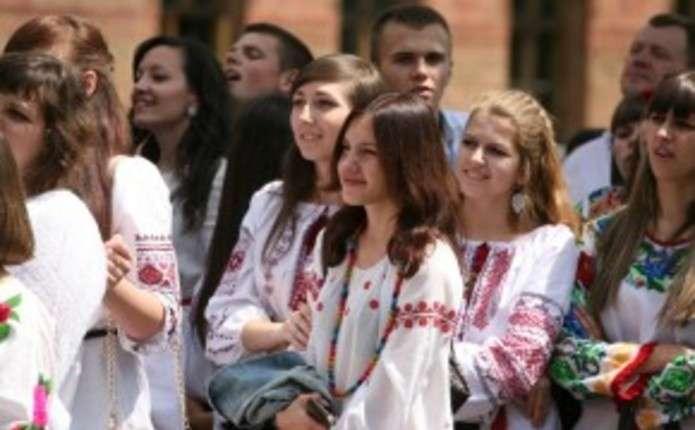 Чернівчани у вишиванках несуть по Університетській великий прапор України dd2d5a2028120