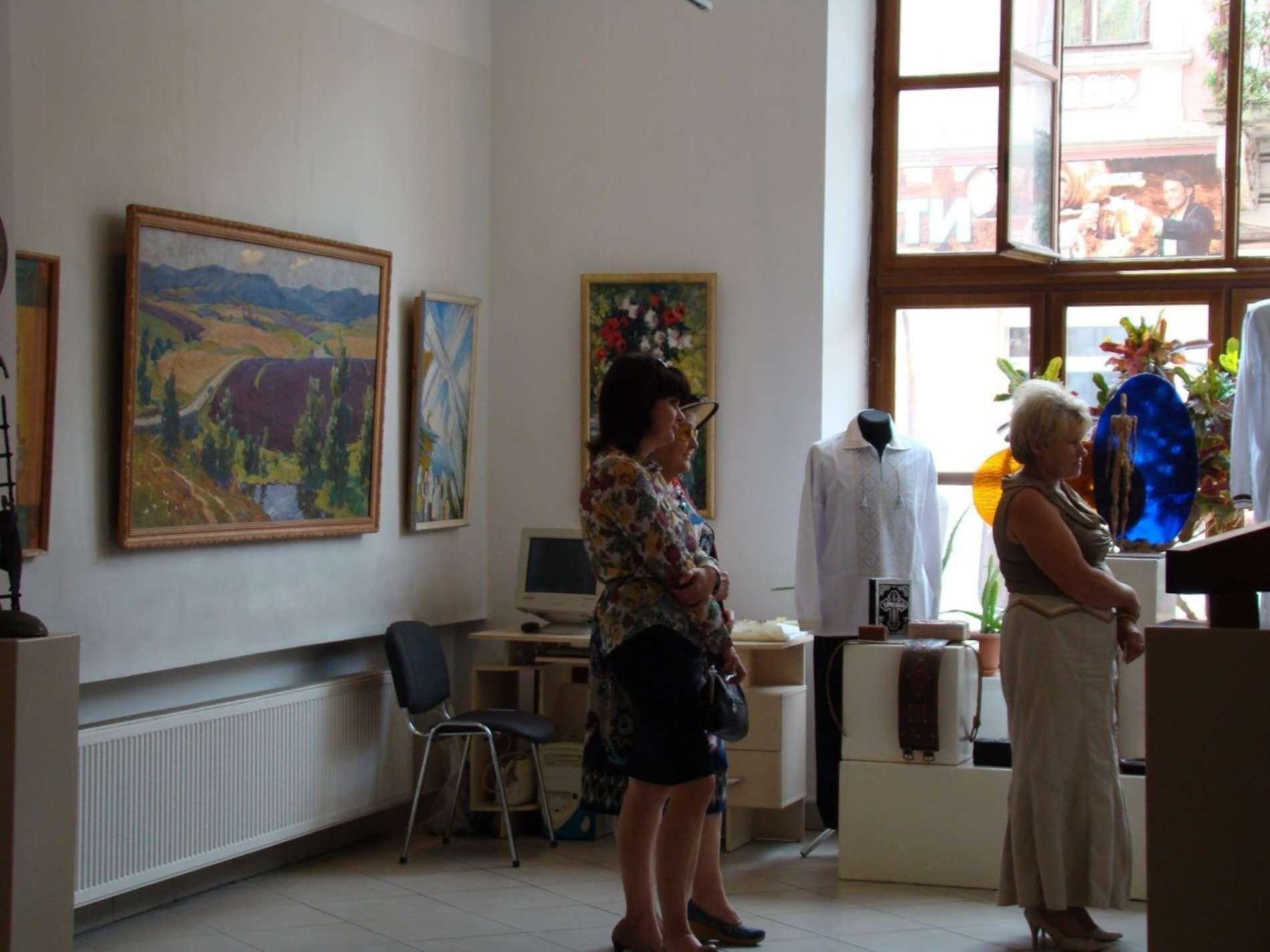До Дня незалежності у Чернівцях члени спілки художників Буковини підготували виставку
