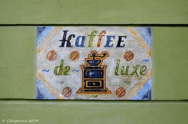 У Чернівцях на фасаді кафе відновили старовинну рекламу
