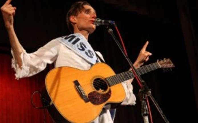 Поет із Данії у білій сукні з стрічкою Міс світу виступив у Чернівцях