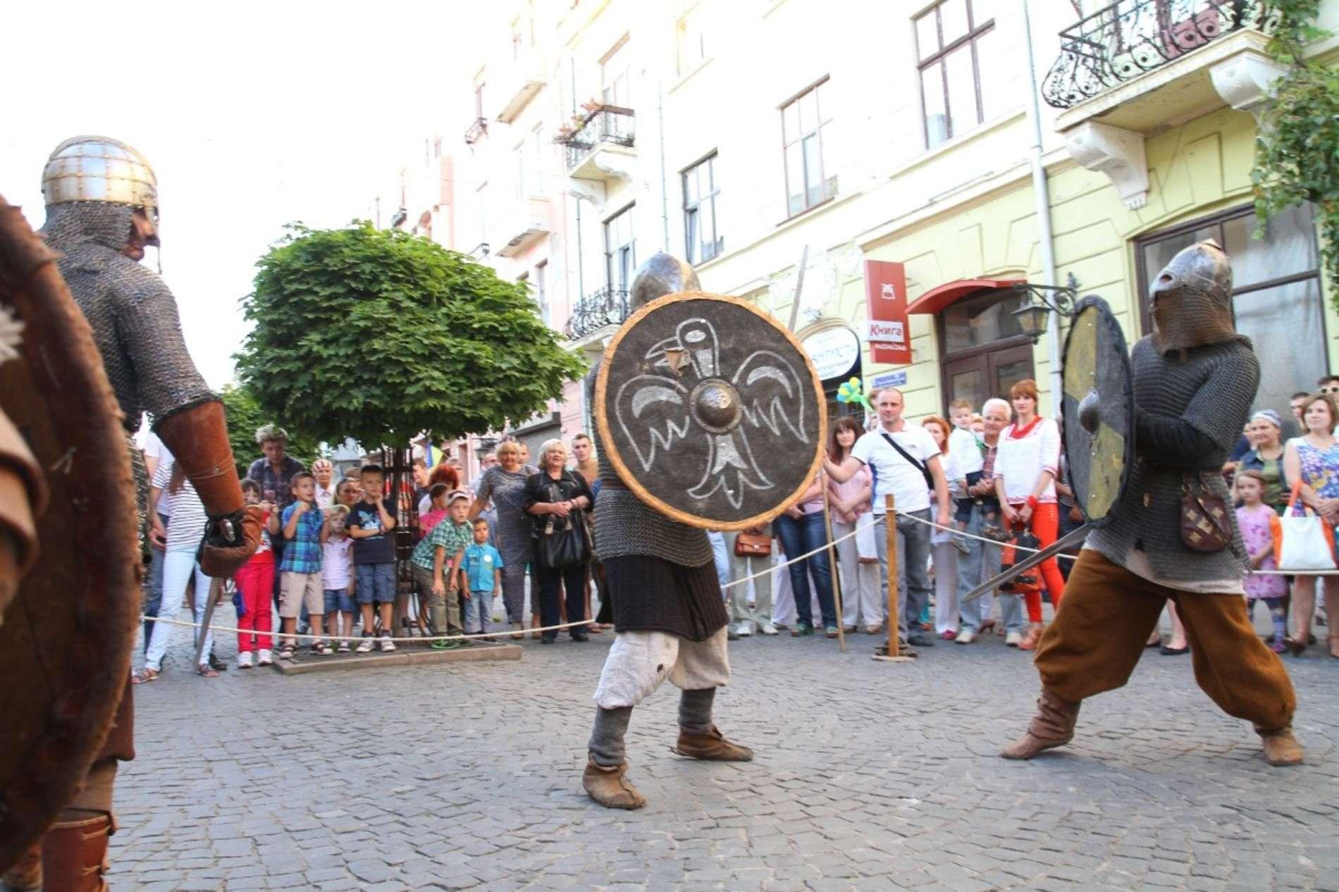 Вікінги у Чернівцях влаштували шоу з музикою і боями на мечах