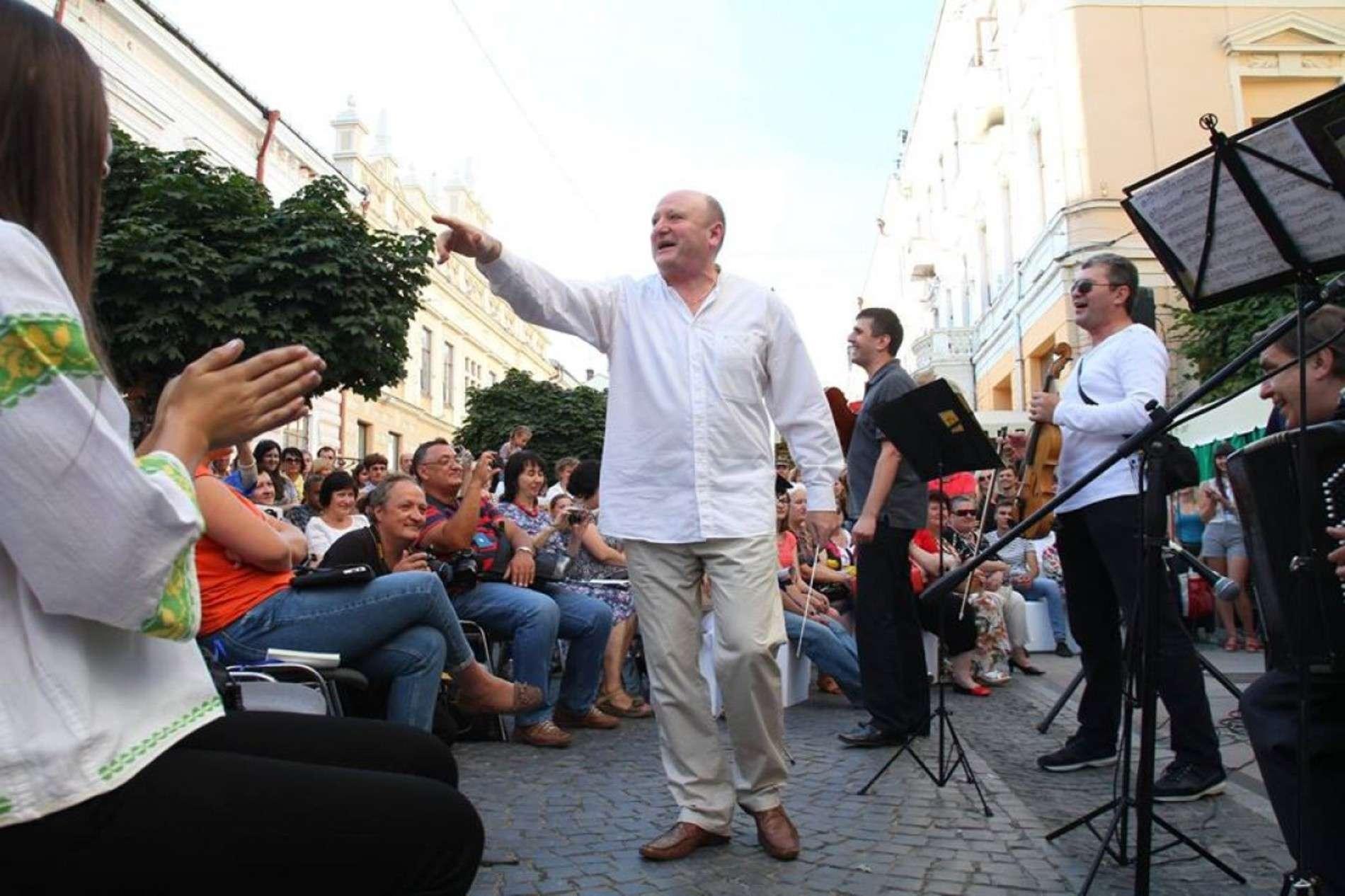 У Чернівцях просто на вулиці влаштували справжній концерт запальної єврейської музики