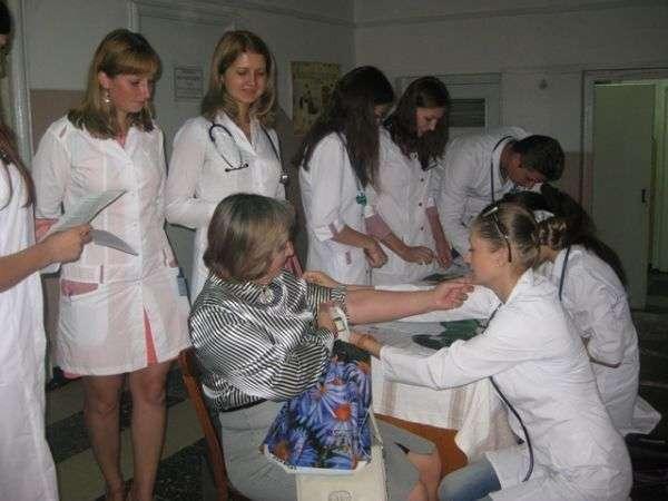 Лікарі-інтерни вимірювали артеріальний тиск чернівчанам