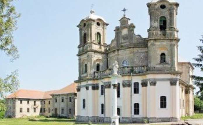 Неподалік від Чернівців можна побачити одну із найвищих ратуш та один із найкрасивіших костелів