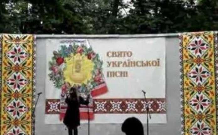 На площі, де вперше співали Червону руту, чернівчани проведуть свято української пісні