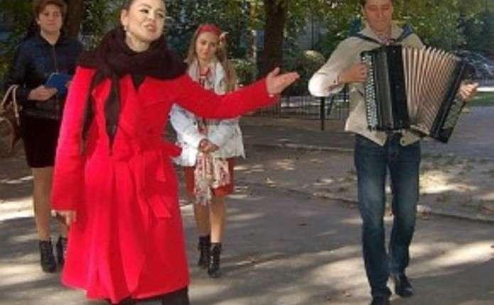 Аліна Гросу заради агітації за маму вдягає вишиванку та співає для пенсіонерів