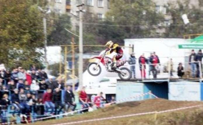 80 гонщиків у Чернівцях боролися за золото на чемпіонаті з мотокросу