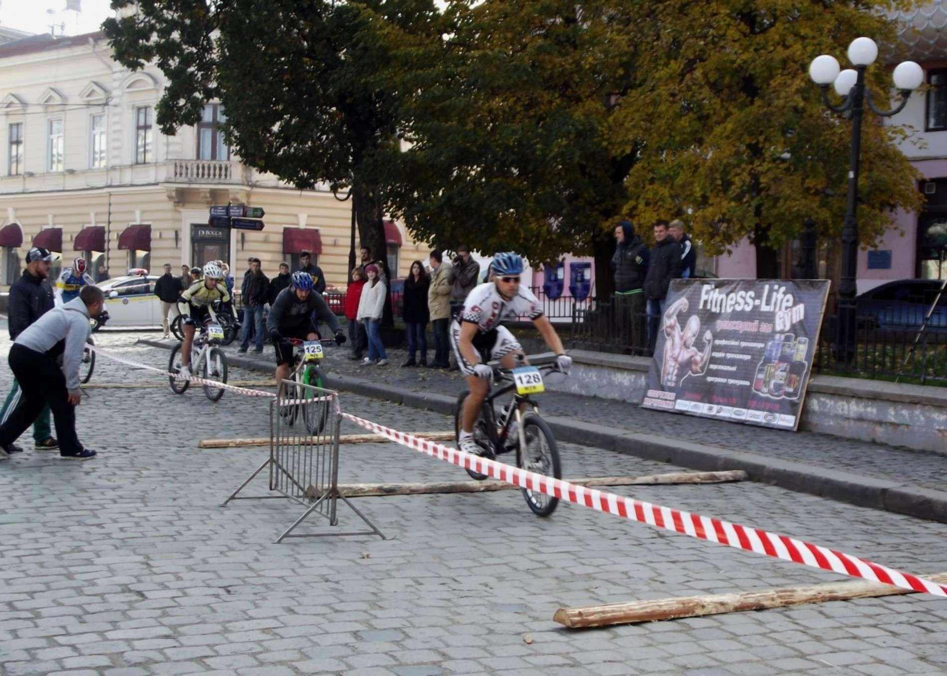 Велосипедисти змагалися на площі Філармонії у Чернівцях