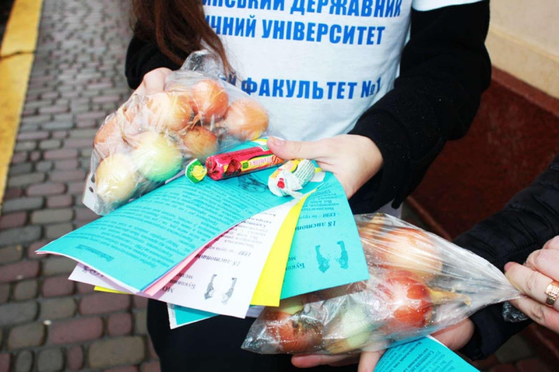 Студенти у Чернівцях роздавали перехожим вітамін С і цибулю