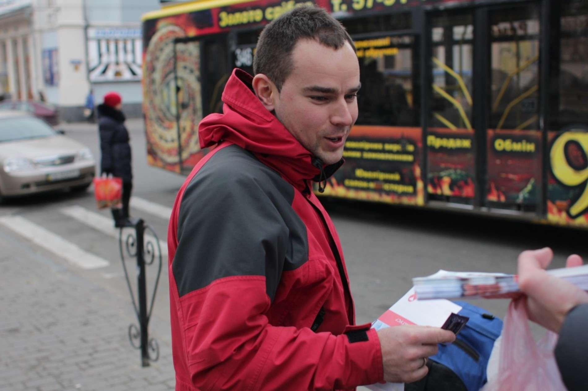 На площах Чернівців студенти роздавали контрацептиви і червоні стрічки