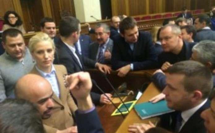 Депутати Блоку Петра Порошенка блокували трибуну Ради