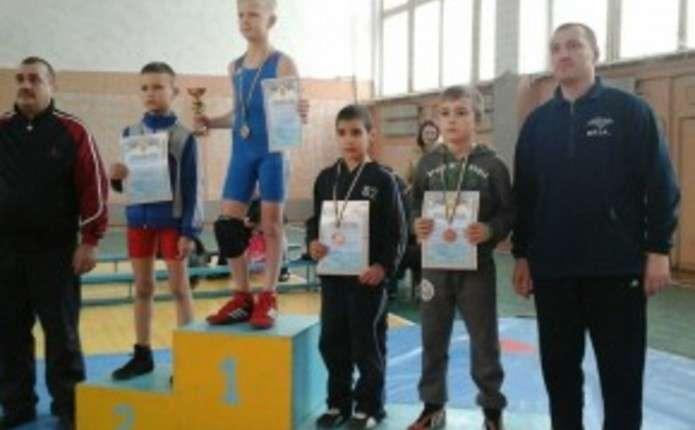 Чернівецькі борці привезли 10 медалей з Кельменців