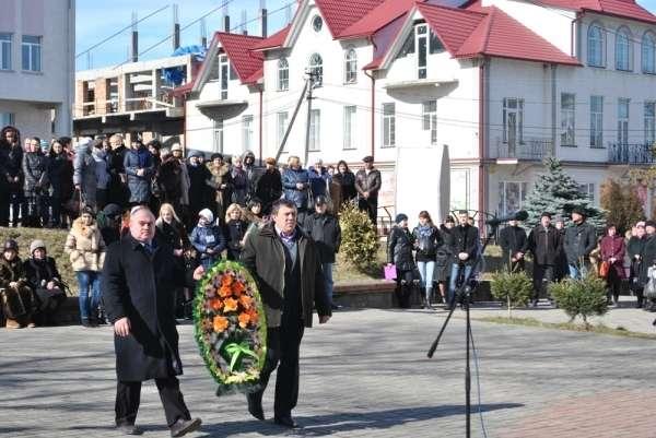 Буковинці поклали квіти до пам'ятника Івасюка і заспівали Червону руту