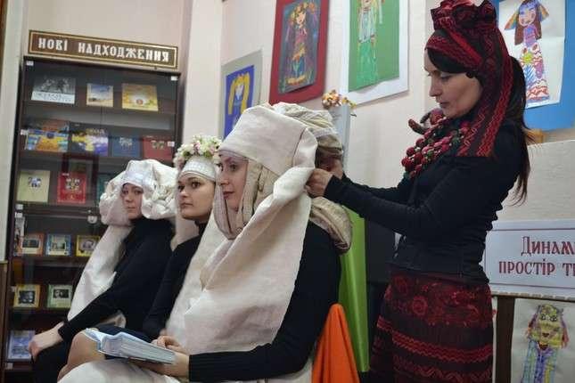 A A A. У Чернівецькій обласній бібліотеці відбулася презентація проекту Українські  головні убори. 10326bd422e73