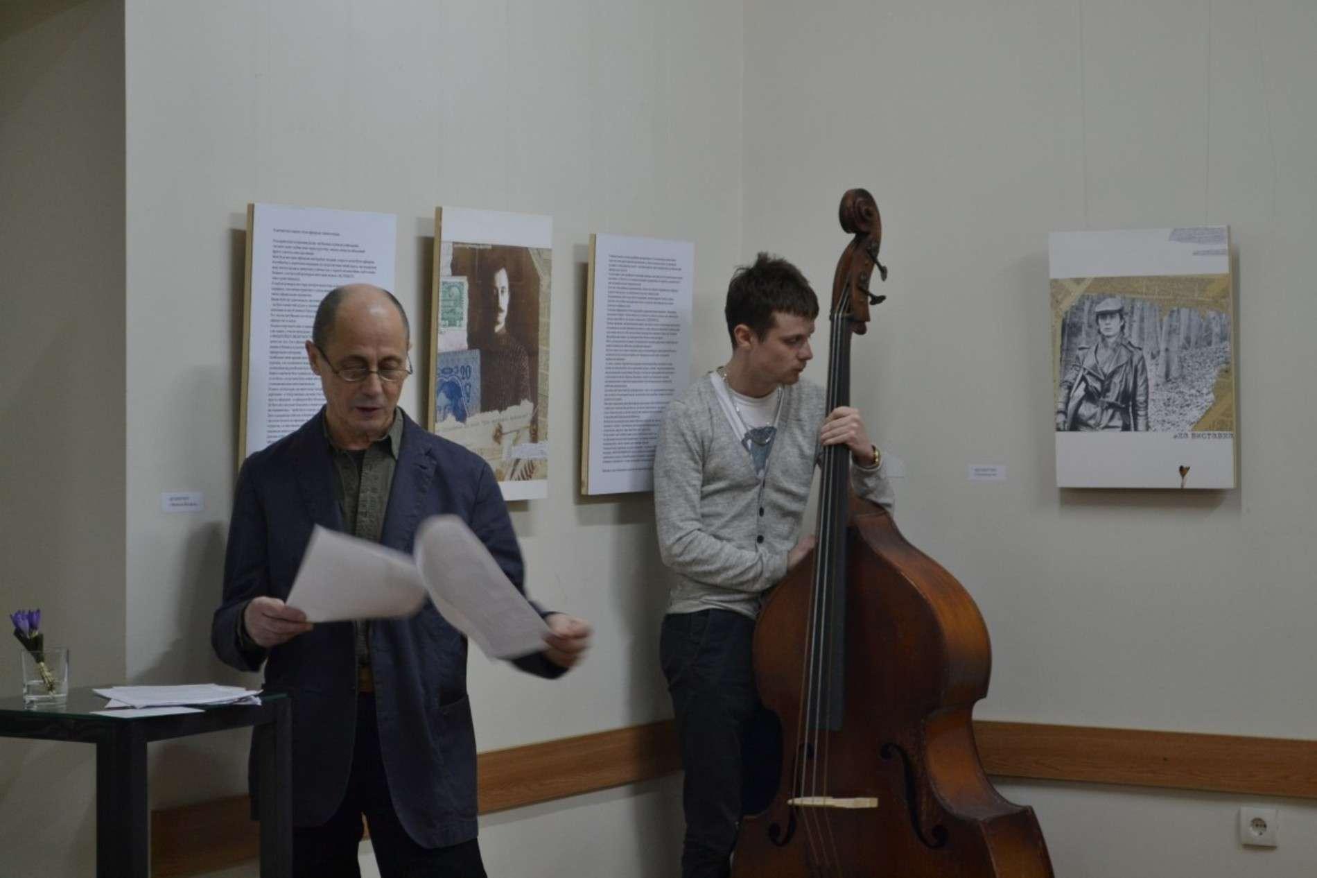 Експозицію візуальної прози Олега Любківського доповнювало звучання контрабасу