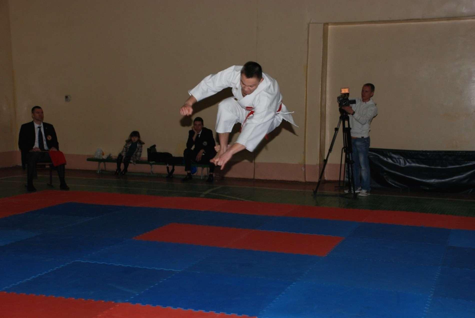 На чемпіонаті з карате у Чернівцях розігрують 43 комплекти нагород