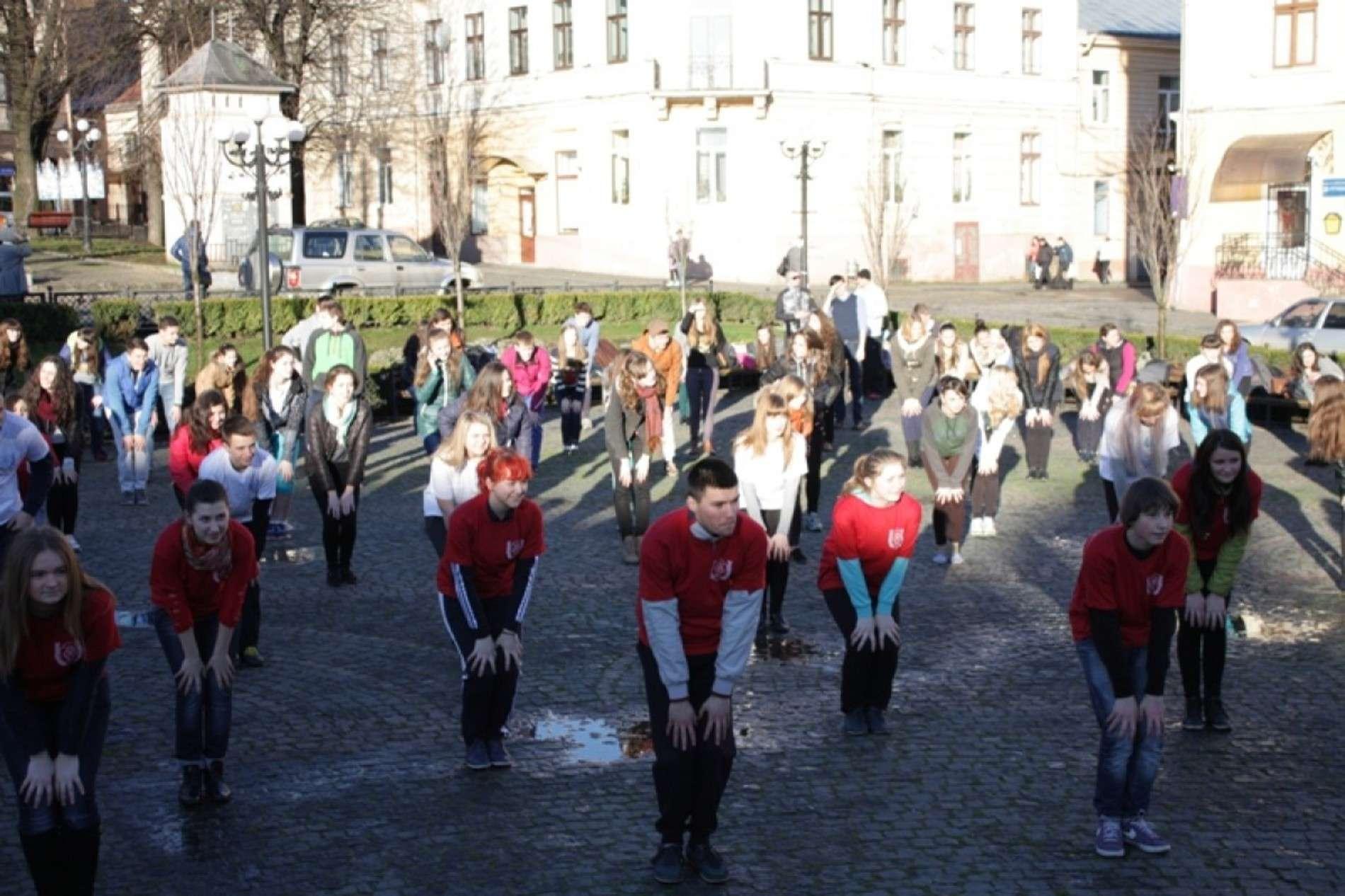На площі Філармонії у Чернівцях провели ранкову зарядку