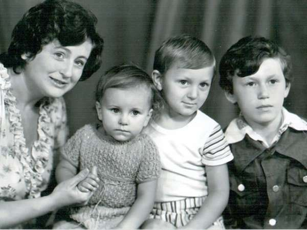 Ані Лорак поділилася своїми дитячими фотографіями