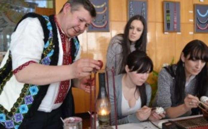 Буковинець Михайло Дутка: Написання писанки розпочинається з молитви