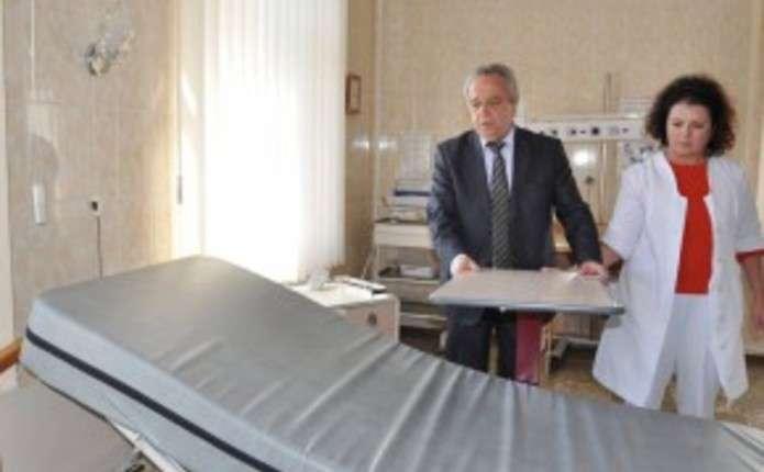 Сторожинецька лікарня отримала дорогі медичні меблі та обладнання