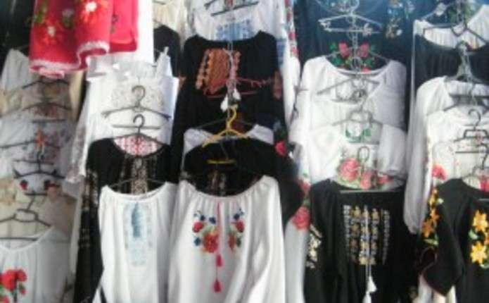 На Калинівському ринку у Чернівцях є вишиванки по 8 тисяч гривень ... f6aacdfc709bf