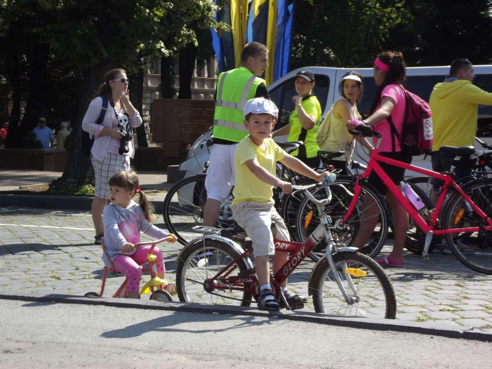 У Чернівцях провели велопробіг до Дня молоді