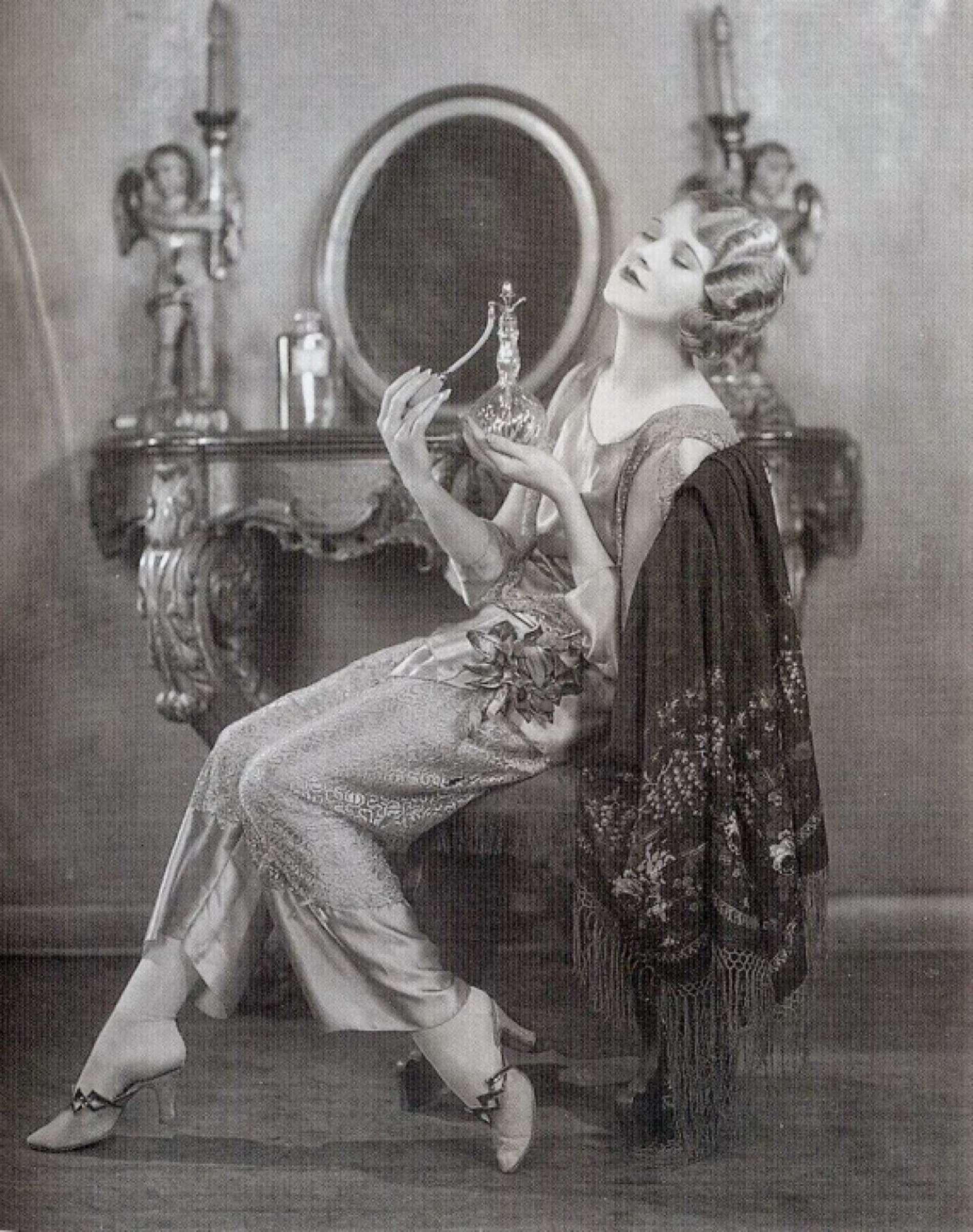 Як одягалися жінки у 20-х роках минулого століття