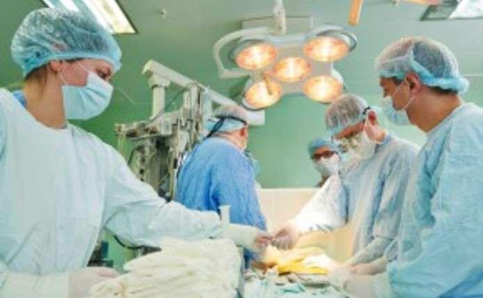 Працівнику пилорами з Путильщини врятували відрізану пилкою ногу