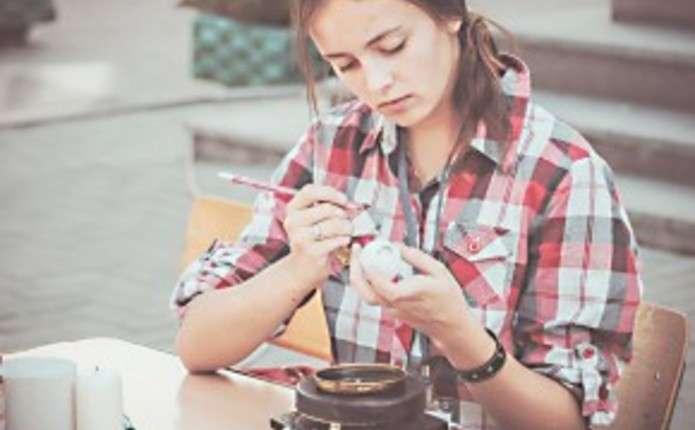 Чернівецька студентка ділиться секретами розпису писанок