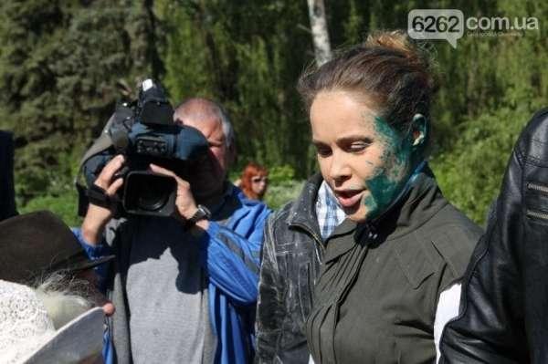 Народного депутата Королевську облили зеленкою і закидали яйцями