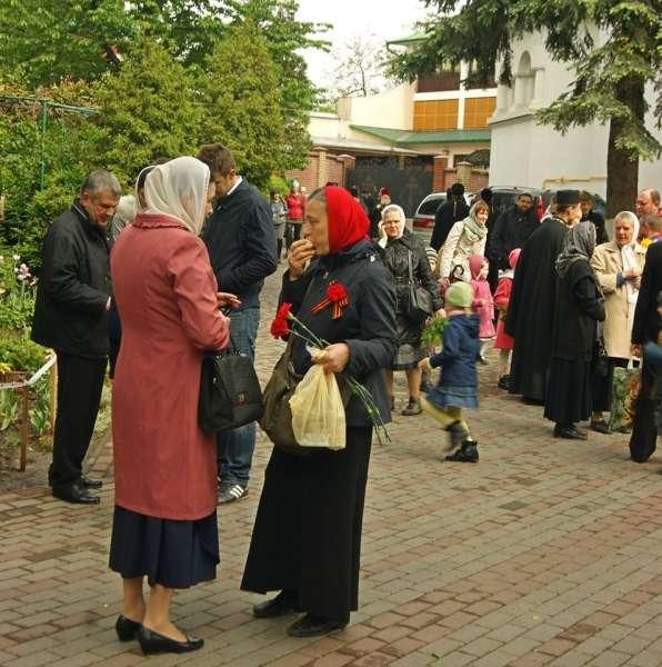 Віряни з георгіївськими стрічками на грудях зібралися біля церкви у Чернівцях