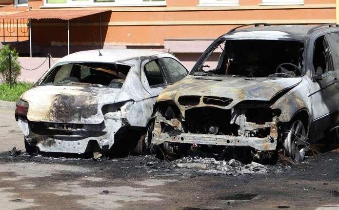 Вночі у Чернівцях на проспекті Незалежності згоріли 3 автівки