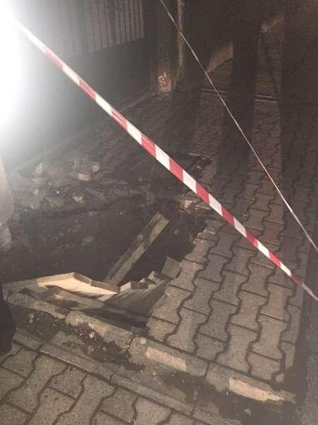 Помічник Михайлішина провалився у яму на вулиці Руській у Чернівцях