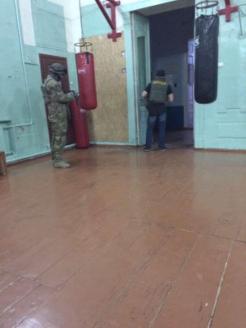 Озброєні люди у камуфляжах затримали у центрі Чернівців 5 осіб
