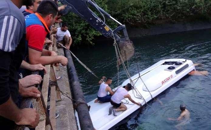 Екскурсійний автобус впав у водний канал у Туреччині: є загиблі, серед них - діти