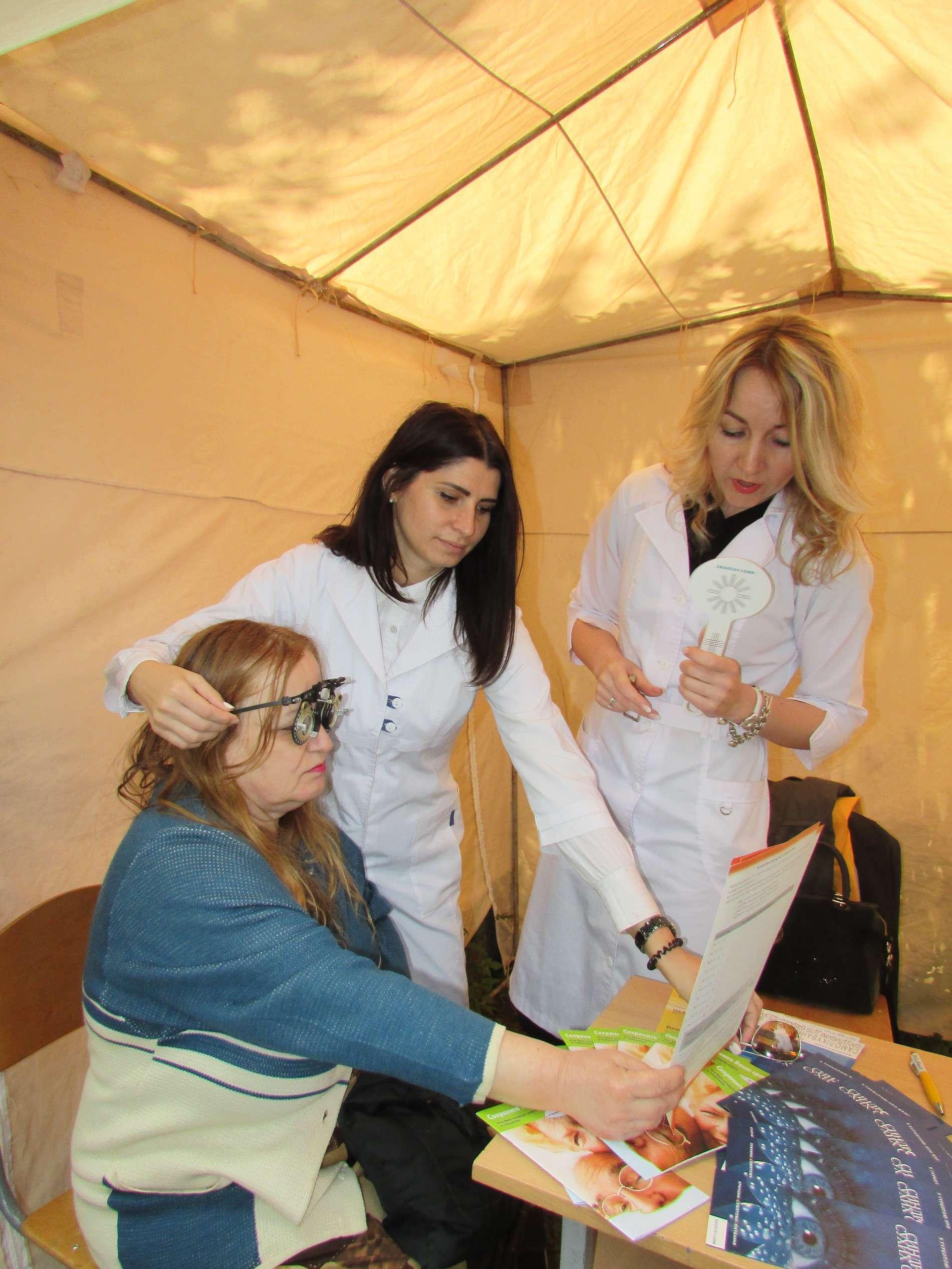 Чернівецькі лікарі у парку Жовтневий оздоровлюють містян