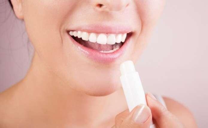 7 неочікуваних способів використання гігієнічної помади