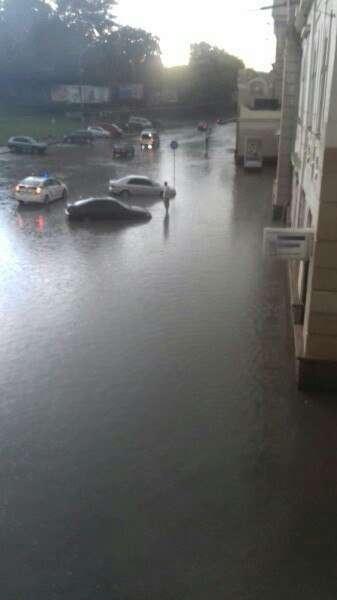 Негода у Чернівцях. Залізничний вокзал потонув у воді
