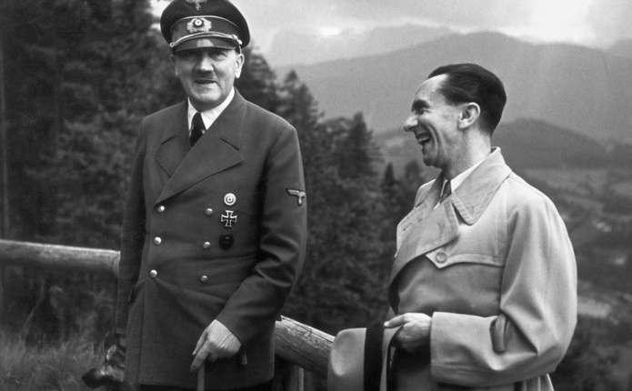 На аукціоні в Мюнхені продали кітель і штани Гітлера, а також флакон, з якого випив отруту Герінг