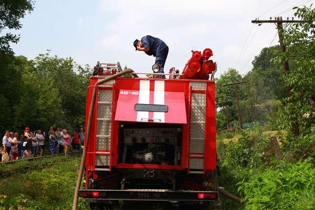 Як гасили пожежу на складі у Чернівцях