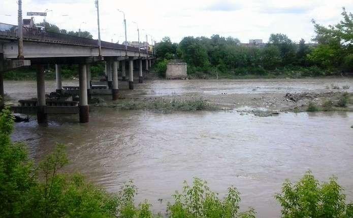 У Чернівцях на річці Прут втопився чоловік