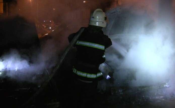 На проспекті Незалежності у Чернівцях вночі горіли два автомобілі БМВ